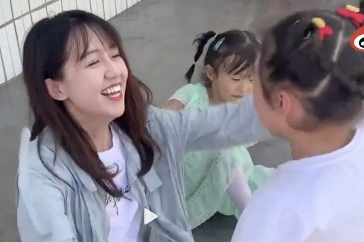Gina Long Jingjing ketika bersama dengan anak didiknya. Wanita yang dijuluki guru tercantik di China itu dituding melakukan penipuan memanfaatkan anak-anak miskin di pedesaan.