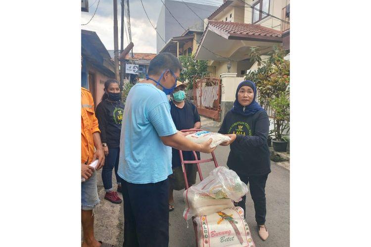 Emak-emak yang tergabung dalam Persatuan Perempuan Peduli Pancasila (P4) memberikan bantuan sosial kepada warga yang terdampak pandemi Covid-19 di Jakarta Timur, Jumat (17/4/2020).