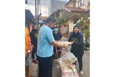 Emak-emak di Jakarta Timur Bagi-bagi Beras dan Makanan ke Warga Terdampak Pandemi Covid-19