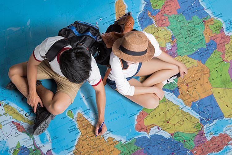 Ilustrasi turis yang merencanakan perjalanan keliling dunia