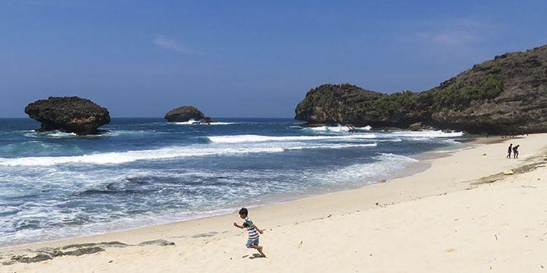 Keindahan Pasir Putih di Pantai Srau