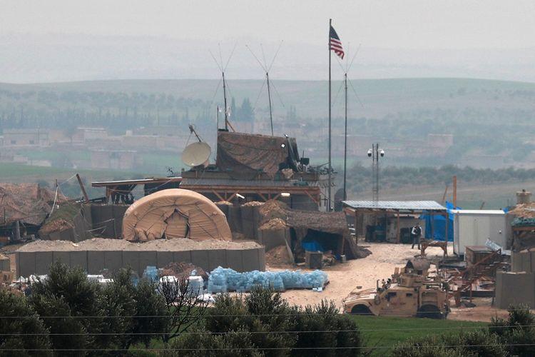 Kendaraan militer Amerika Serikat berjajar di depan fasilitas mereka di kota Manbij, Suriah, yang berbatasan dengan Turki.