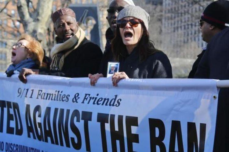Kelompok keluarga dan pendukung korban serangan teroris 11 September 2001 memprotes larangan migrasi oleh Presiden AS Donald Trump, di New York, 16 Febaruari 2017.