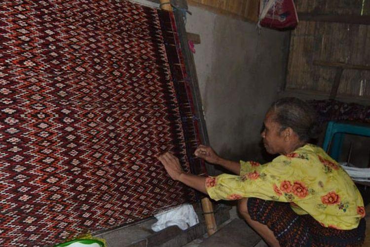Mama Tina saat menenun kain tenun Sikka jenis Tama Lua di rumah pengungsian Bukit Sion, Kelurahan Hewuli, Kecamatan Alok Barat, Kabupaten Sikka, Nusa Tenggara Timur (NTT), Senin (11/2/2019).