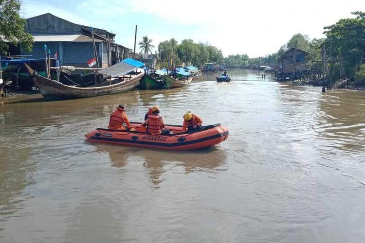Personel dari tim SAR Gabungan melakukan pencarian nelayan bernama Jamaluddin Ahmad (48), warga Dusun IV, Desa Paluh Sibaji, Kecamatan Pantai Labu, Deli Serdang pada Rabu (22/9/2021). Nelayan itu ditemukan meninggal dunia setelah tiga hari pencarian oleh tim SAR Gabungan bersama warga.