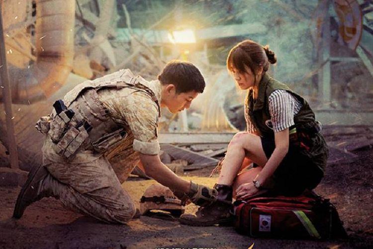 Artis peran Song Joong Ki dan Song Hye Kyo dalam poster drama seri Descendants of the Sun. Drama ini ditayangkan lagi oleh stasiun televisi KBS untuk merayakan rencana pernikahan dua bintang utamanya tersebut.