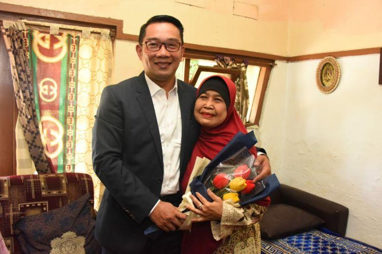 Gubernur Jawa Barat Ridwan Kamil mengunjungi rumah guru semasa SD, Nunung Nurhasanah (62), di Jalan Srimahi 3, Kota Bandung dalam peringatan Hari Guru Nasional Tahun 2019, Senin (25/11/19).