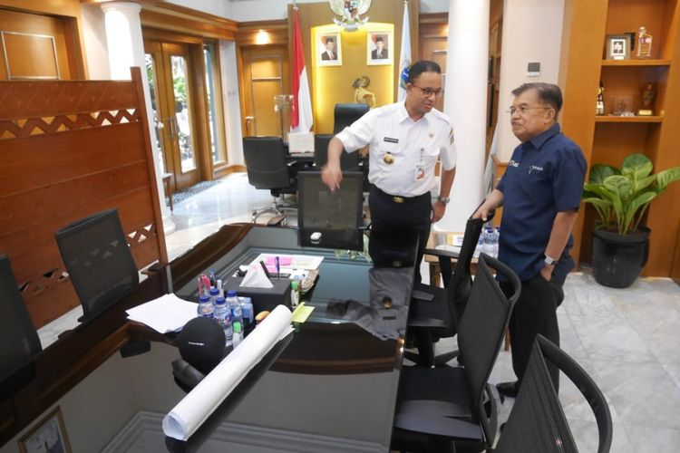 Wapres RI Jusuf Kalla antar Gubernur DKI Anies Baswedan sampai ke dalam ruang kerja di Balaikota DKI Jakarta usai mengecek kesiapan venue Asian Games 2018, Jumat (3/8/2018).