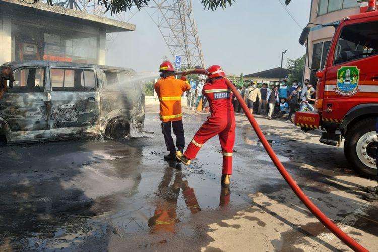 Sebuah mobil APV SGX tahun 2008 bernomor polisi B 1561 AFF terbakar di Ir Juanda, Margahayu, Bekasi Timur, Kamis (23/7/2020).