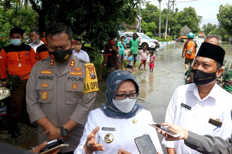 Bupati Jombang Mundjidah saat meninjau lokasi banjir di Dusun Beluk, Desa Jombok, Kecamatan Kesamben, Kabupaten Jombang, Jawa Timur, Rabu (13/1/2021).