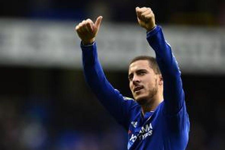 Eden Hazard berterima kasih kepada penonton di Stadion White Hart Lane seusai laga antara Tottenham dan Chelsea, Minggu (29/11/2015).