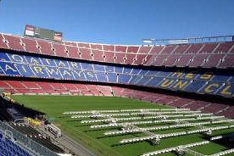 Tulisan Qatar Airways yang mulai dipajang di Stadion Camp Nou, Barcelona