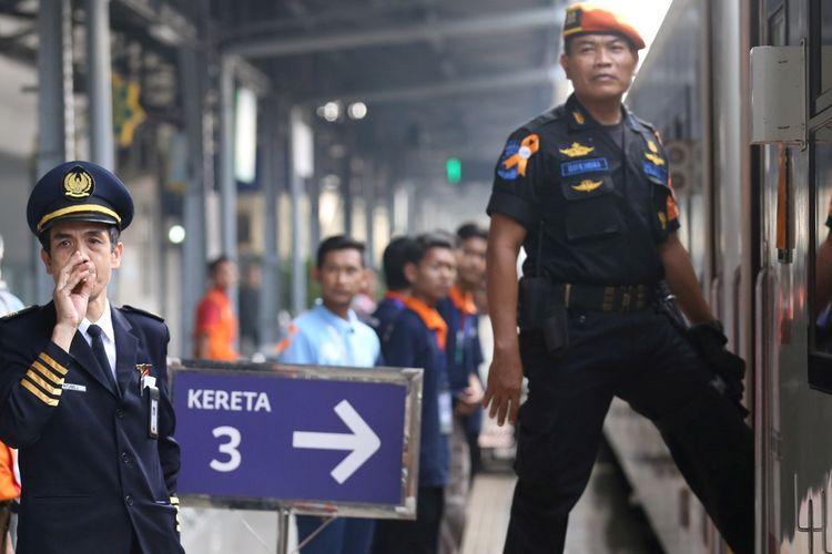 Seorang petugas meniup peluit, memberikan tanda kereta siap berangkat di Stasiun Pasar Senen, Jakarta, Minggu (10/6/2018). Puncak arus mudik di Stasiun Pasar Senen diperkirakan jatuh pada 13 Juni 2018 atau H-2 Idul Fitri.