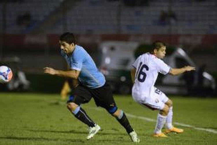 Salah satu aksi penyerang Uruguay Luis Suarez, pada laga persahabatan melawan Kosta Rika, di Estadio Centenario, Montevideo, Uruguay, Kamis (13/11/2014). Laga itu ditentukan melalui adu penalti, yang dimenangi Kosta Rika 7-6. Adu penalti dilakukan setelah skor 3-3 tak berubah hingga akhir babak tambahan.