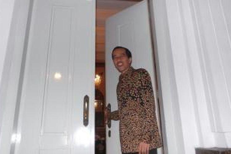 Bakal calon presiden PDI-P Joko Widodo di rumah dinas Gubernur DKI Jakarta di Jl Surapati No 7, Menteng, Jakarta Pusat, seusai pertemuan dengan para duta besar negara sahabat, Senin (14/4/2014) malam.