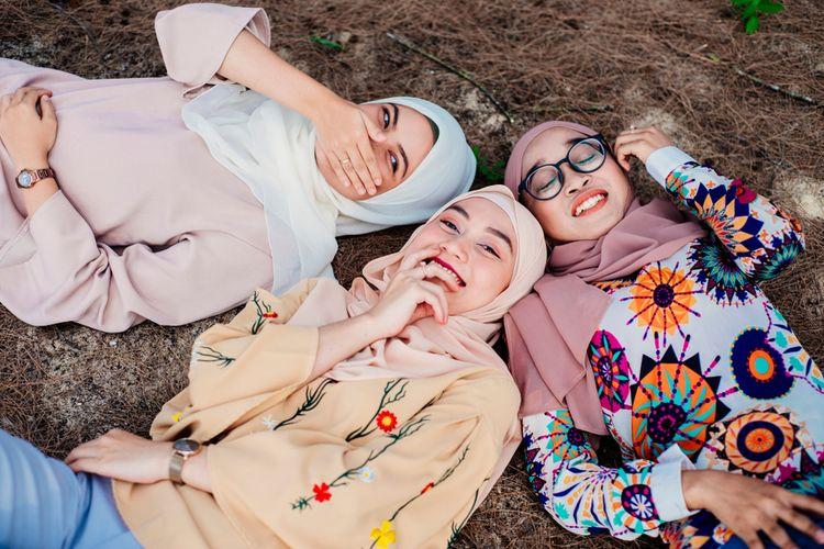 Ilustrasi baju muslim yang mengikuti tren.