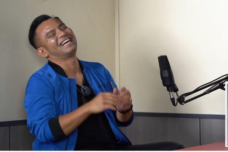 Penyanyi Judika berbagi cerita tentang masa kecil kepada vokalis Armand Maulana.