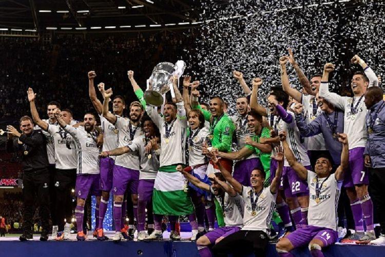 Sergio Ramos mengangkat trofi Liga Champions seusai Real Madrid menang 4-1 atas Juventus pada final Liga Champions 2016-2017 di Stadion Millenium, Sabtu (3/6/2017).
