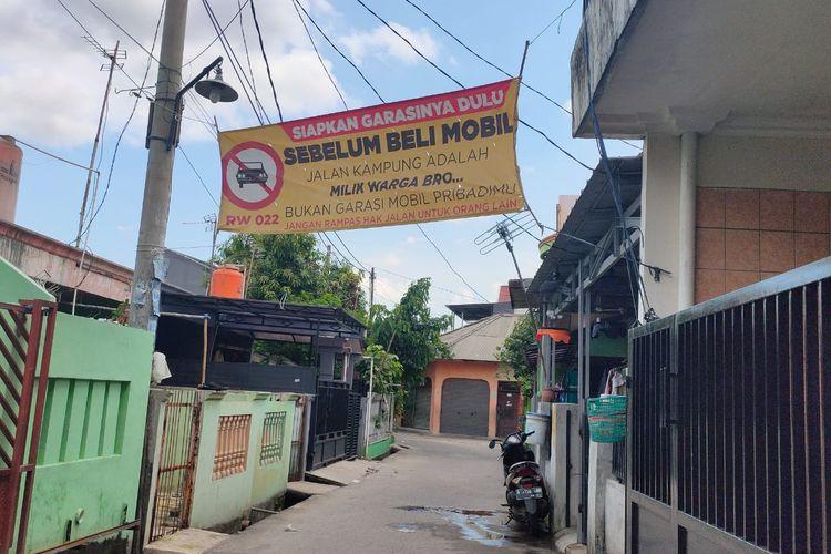 Spanduk larangan parkir mobil di jalanan Kampung Bulak Macan RW 022, Harapan Jaya, Bekasi Utara.