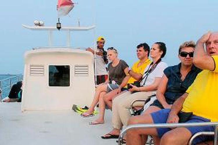 Wisatawan asing menikmati matahari terbenam dengan berpesiar ke sejumlah area perairan di Kepulauan Seribu, Jakarta, Rabu (7/10/2015). Fasilitas pesiar sunset cruise ini disediakan di Pulau Putri, salah satu pulau resor di Kepulauan Seribu.