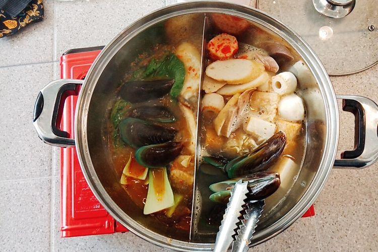 Sukiyaki kuah original atau polos dan tom yum isi kerang, fish cake, siomay, dan sayuran di Hodai AYCE.