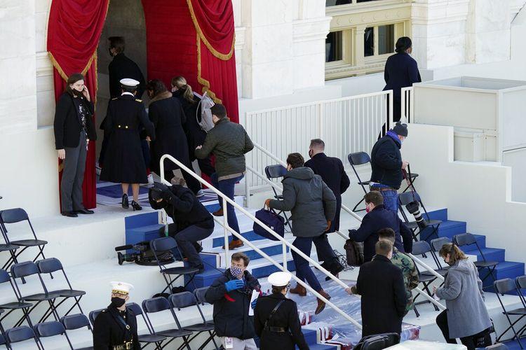 Orang-orang dievakuasi dari Front Barat Capitol AS selama gladi bersih Pelantikan Presiden ke-59 di Capitol AS di Washington.
