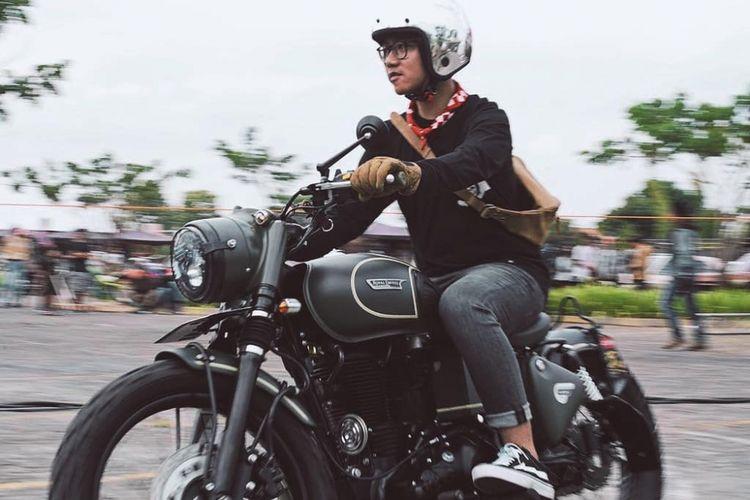Putra sulung Presiden Joko Widodo, Gibran Rakabuming Raka hadir memeriahkan ajang tahunan ?Burnout? di Sentra Niaga, Solo, Sabtu (1/9/2018). Ia tampak menunggangi sepeda motor Royal kastom 500 bergaya bobber miliknya.
