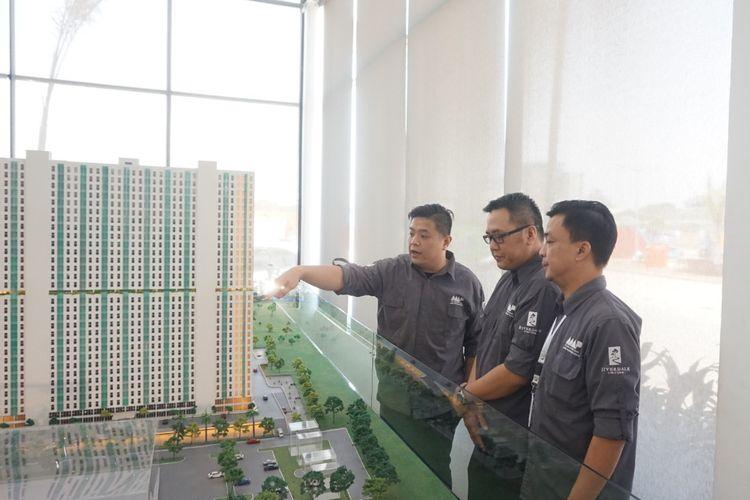 PT Mastertama Adhi Propertindo secara resmi memulai pembangunan apartemen Riverdale Cibitung pada Minggu (18/8/2019). Tampak dalam gambar Director of Sales and Marketing Simon Suhendro, Head of Brokers Jimmy Bustamente, dan Head of Sales Jimmy Gunawan.