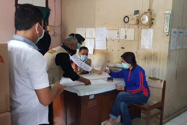Pengiriman vaksin dilakukan secara bertahap dari sembilan kabupaten/kota, baru terkirim ke Kabupaten Batanghari dan Tanjab Timur sebanyak 6.560 vial vaksin