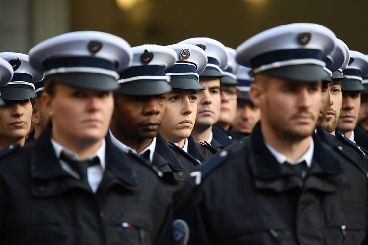 Anggota polisi berbaris di depan markas kepolisian di Paris, Perancis.