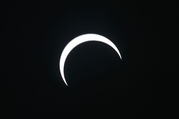 Bulan bergerak di depan Matahari saat berlangsungnya gerhana matahari cincin, saat dilihat dari Banda Aceh, Aceh, Kamis (26/12/2019). Menurut daftar yang dirilis BMKG, fenomena astronomi gerhana matahari cincin akan melewati 25 kota/kabupaten di Indonesia pada Kamis hari ini.