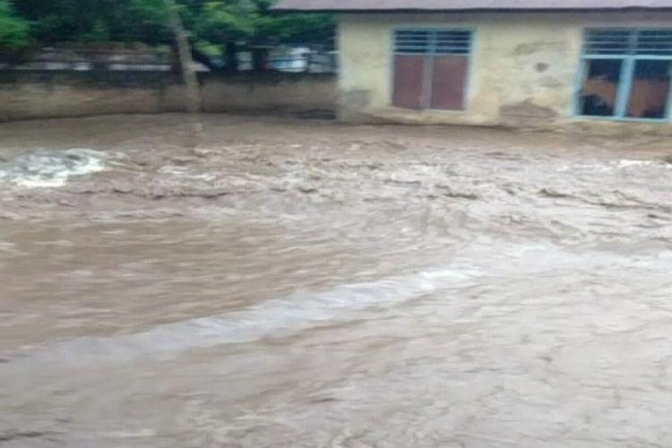 Tiga desa di Kabupaten Bima, NTB dilanda banjir akibat hujan deras mengguyur wilayah itu sejak Rabu siang (16/12/2020).