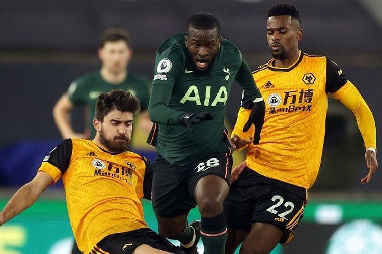 Tanguy Ndombele berduel dengan Ruben Neves dan Nelson Semedo dalam laga Wolves vs Tottenham pada pekan ke-15 Liga Inggris 2020-2021 yang digelar di Stadion Molineux, Minggu (27/12/2020) malam waktu setempat.