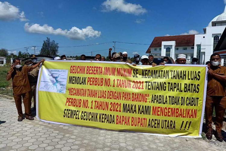 Puluhan kepala desa di Kecamatan Tanah Luas, Aceh Utara, mengembalikan stempel dinas ke Kantor Bupati Aceh Utara di Landeng, Kecamatan Lhoksukon, Kabupaten Aceh Utara, Senin (8/3/2021).