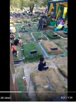 Pesta tasyakuran khitanan di Pondok Kelapa, Minggu (8/9/2018), diselenggarakan di sekitar area pemakaman kampung.