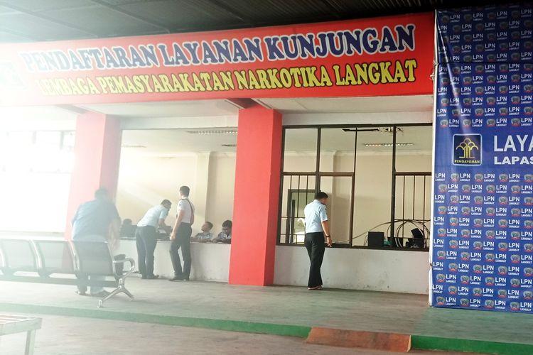 Petugas Lapas yang hampir seluruhnya orang baru dari Kanwilkumham Sumut di ruang tunggu yang tak berkaca jendela