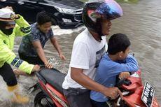 Cerita Polwan Akira Bantu Warga Kebanjiran di Dumai, Dorong Motor Mogok hingga Gendong Anak Sekolah