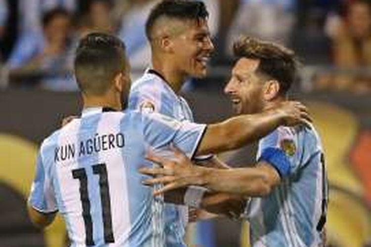 Lionel Messi (kanan) bersukacita bersama rekan-rekannya usai membobol gawang Panama, dalam laga Copa America 2016 di Chicago, Amerika Serikat, Sabtu (11/6/2016) pagi WIB.