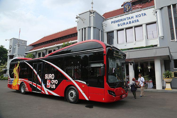 Suroboyo Bus diparkir di halaman Balai Kota Surabaya