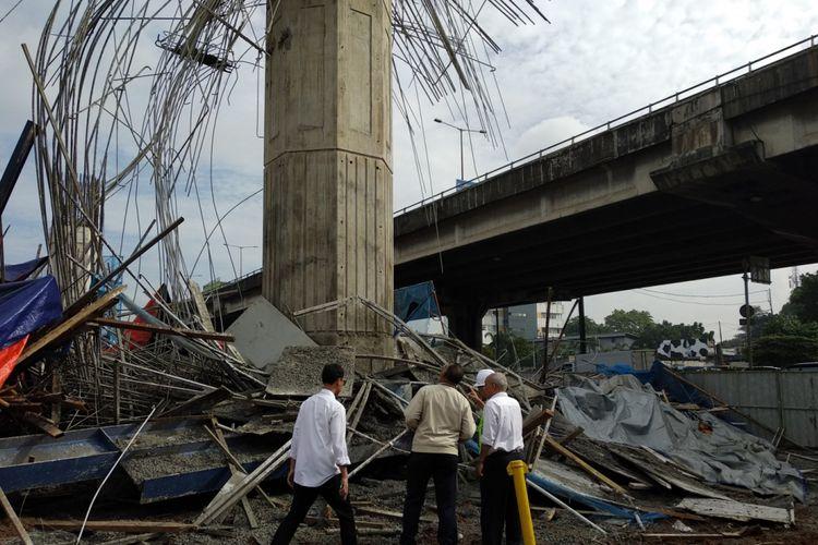 Kementrian PUPR melihat lokasi kecelakaan kerja proyek tol Becakayu, Selasa (20/2/2018)