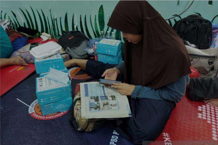 Salah satu siswa RT 14/RW 05 Kebon Kosong yang merupakan korban kebakaran melakukan belajar daring di tempat pengungsian di SDN 09 Kebon Kosong, Jakarta Pusat, Senin (30/8/2021)