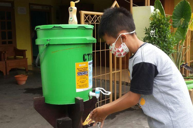 Warga di RW 01 Kelurahan Tunjungsekar, Kota Malang saat mencuci tangan di depan rumah salah satu warga, Kamis (15/10/2020).