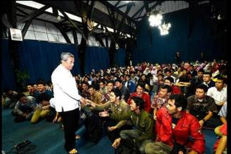 Menteri Pendidikan dan Kebudayaan Mohammad Nuh bersama para mahasiswa peraih beasiswa Bidikmisi. Tahun ini, Mendikbud akan memberikan pengarahan kepada para peserta Rembuk Nasional Pendidikan dan Kebudayaan 2014 di Jakarta, 5-7 Maret 2014.