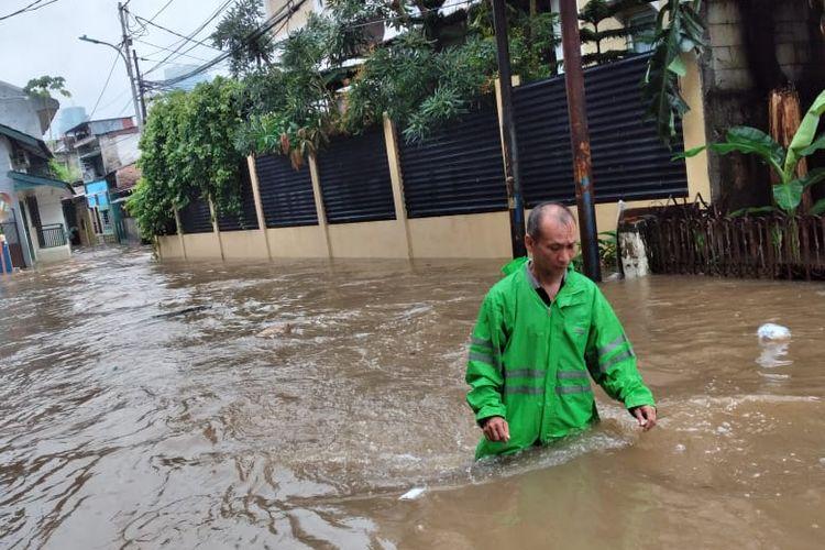 Banjir melanda kawasan Wijaya Timur, Petogogan, Kebayoran Baru, Jakarta Selatan pada Selasa (25/2/2020).