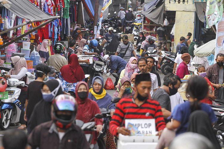 Warga mengunjungi Pasar Musi di Depok, Jawa Barat, Senin (18/5/2020). Meskipun Kota Depok telah menerapkan Pembatasan Sosial Berskala Besar (PSBB) tahap ke-3 hingga 26 Mei 2020, namun masih banyak warga di pasar tersebut yang melanggar aturan tersebut dengan berkerumun, tidak menggunakan masker dan tidak menjaga jarak fisik saat pandemi COVID-19.