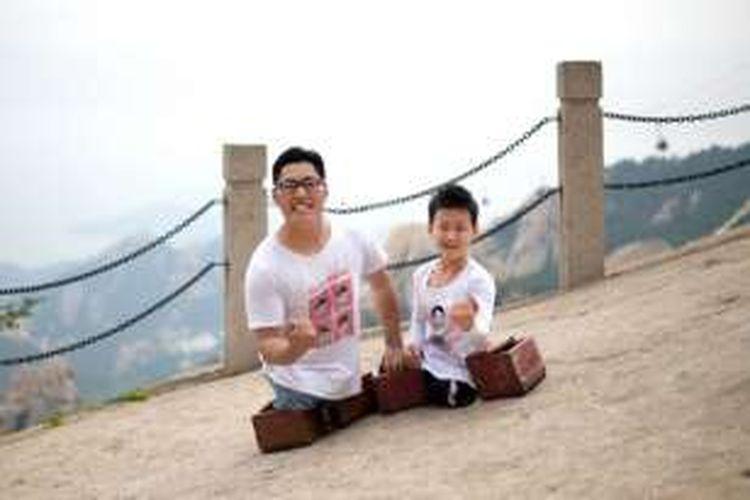 Chen Zhou (kiri) dan Gao Zhinyu (kanan) yang berhasil mencapai puncak Gunung Lao di China.