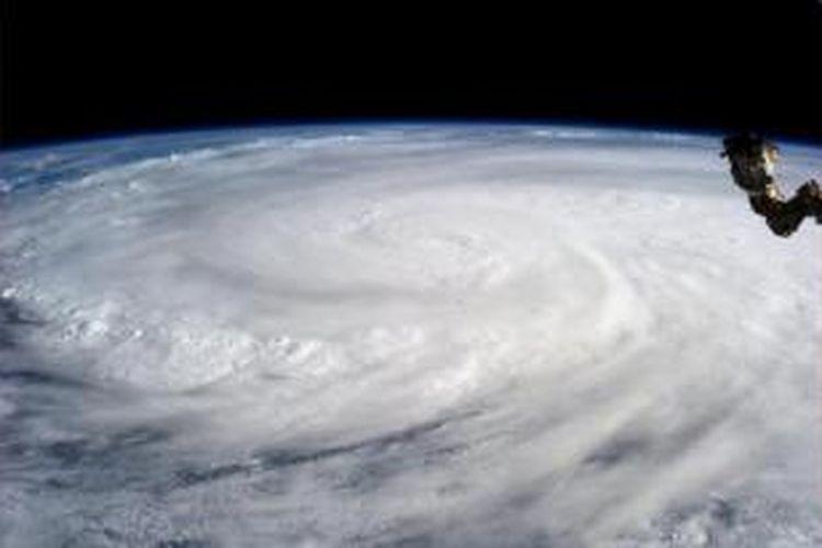 Topan Haiyan dilihat dari antariksa. Astronot Karen Nyberg memotretnya dari International Space Station pada sabtu (9/11/2013).