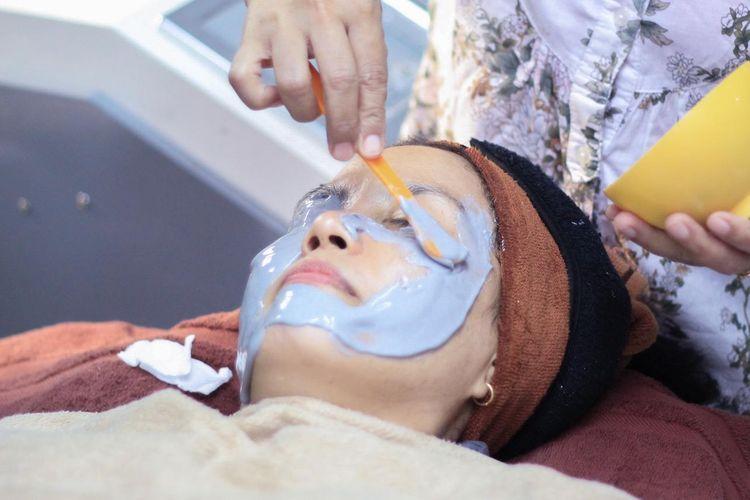 Ilustrasi pengaplikasian masker wajah. Kementerian Pariwisata dan Ekonomi Kreatif bekerja sama dengan IDI untuk kembangkan wisata kesehatan dan kebugaran di Indonesia.
