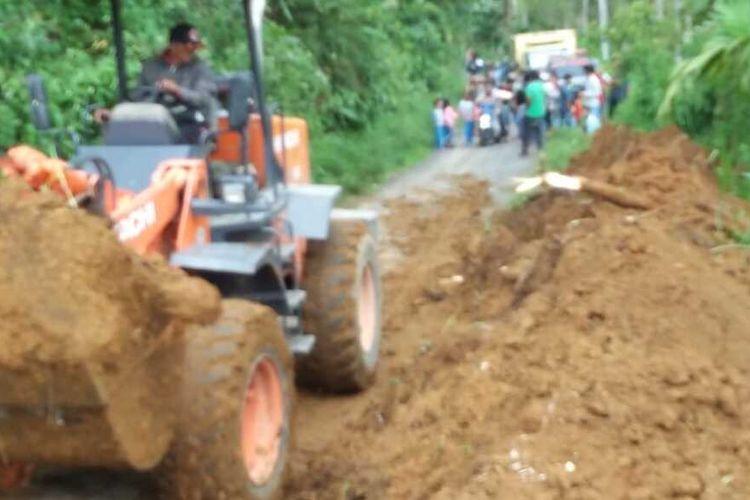 Alat berat sedang membersihkan material longsor di Malalak, Agam, Sumatera Barat, Jumat (10/4/2020)
