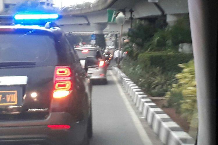 Wakil Gubernur terpilih DKI Jakarta Sandiaga melewati jalur busway di Jalan Salemba Raya untuk sampai ke pesta rakyat merayakan kemenangan bersama relawan Posko Cicurug, Jumat (5/5/2017).